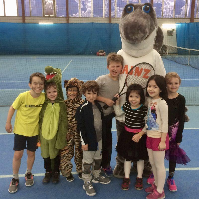 Hainz zu Besuch beim Tenniskurs am Faschingsdienstag